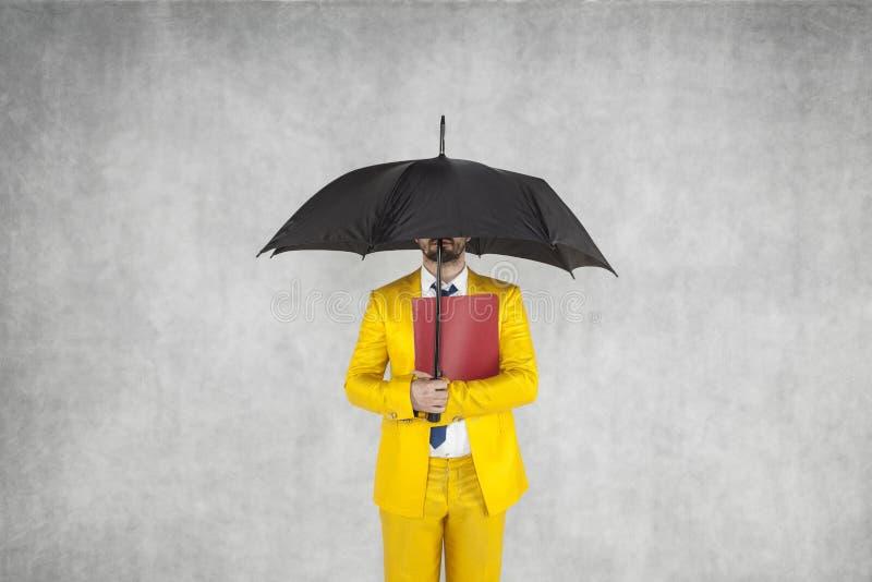 De zakenman beschermt de gegevens, is onder de paraplu royalty-vrije stock afbeeldingen
