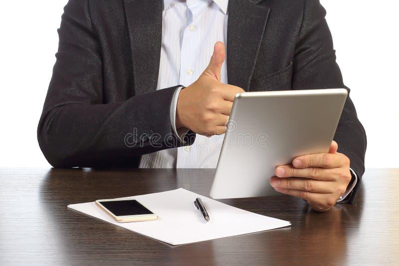 De zakenman bespreekt bij de videomededeling over tablet met partners stock afbeeldingen