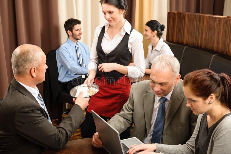 De zakenman betaalt het beheersvergadering van de restaurantrekening stock afbeeldingen