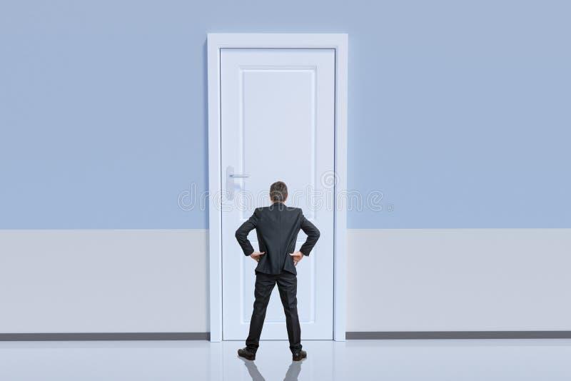 De zakenman bevindt zich achter grote deur Kans en uitdagingsconcept royalty-vrije stock afbeelding