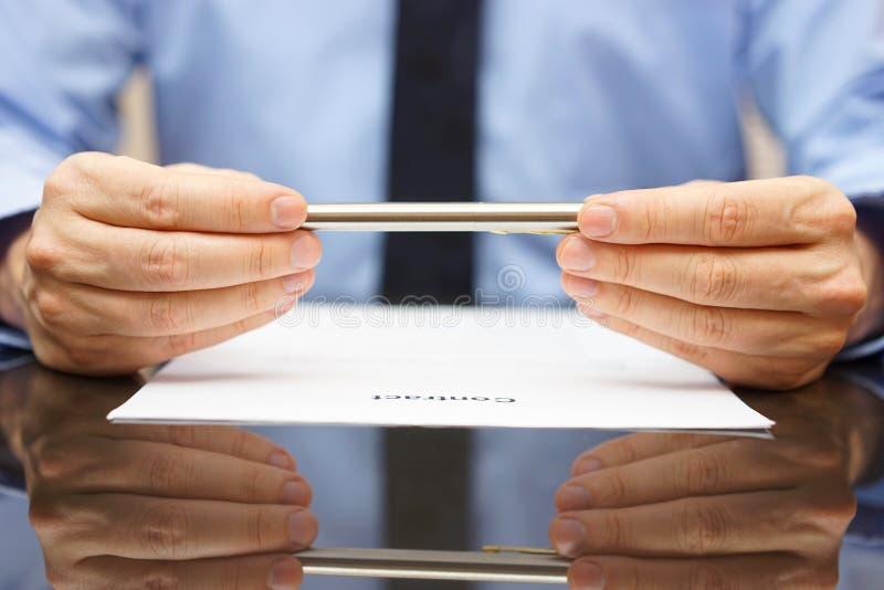 De zakenman of de advocaat analyseren contract alvorens te ondertekenen royalty-vrije stock fotografie