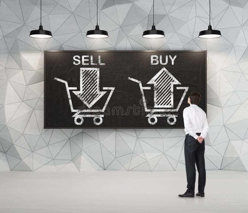De zakenman denkt over de keus 'verkoop of', pijlen op het bord koop stock afbeelding