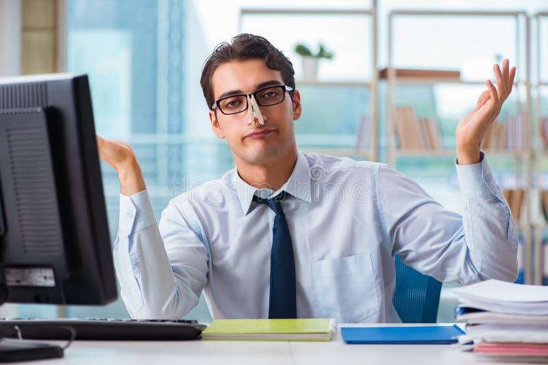 De zakenman die aan het bovenmatige oksel zweten lijden stock afbeelding