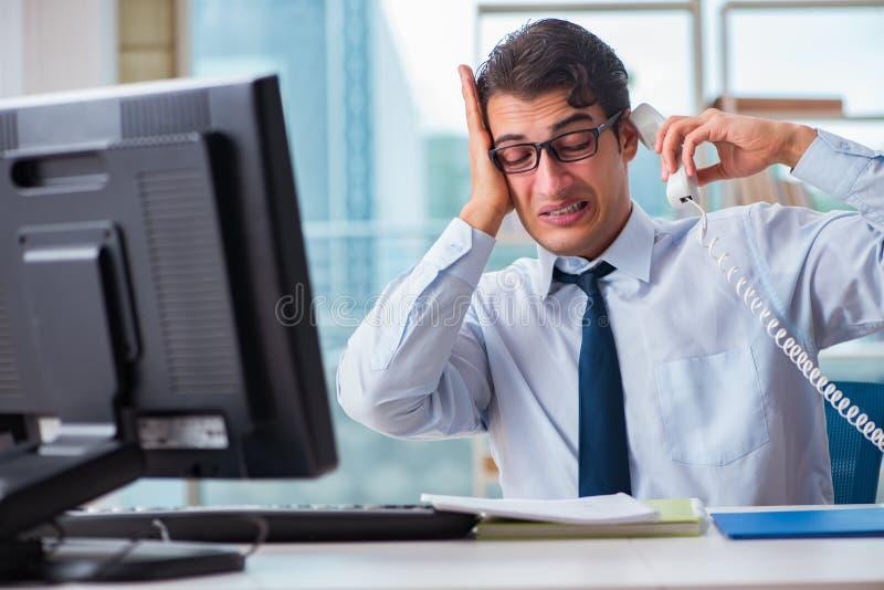 De zakenman die aan het bovenmatige oksel zweten lijden stock foto