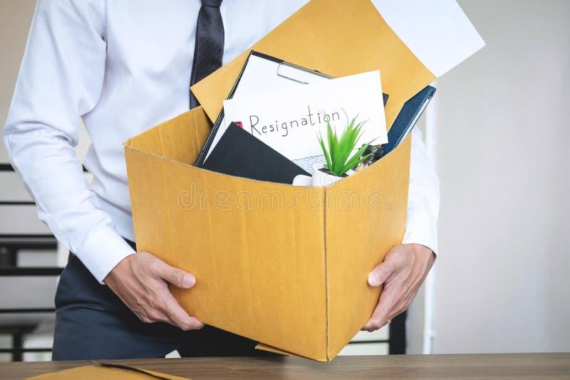 De zakenman die brief verzenden zal zijnd berusting en het dragen p stock afbeeldingen