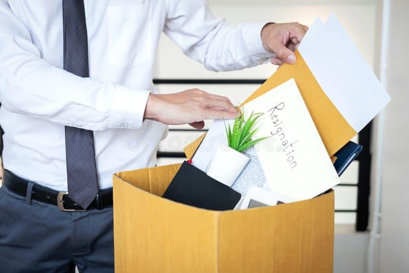 De zakenman die brief verzenden zal zijnd berusting en het dragen p royalty-vrije stock afbeeldingen