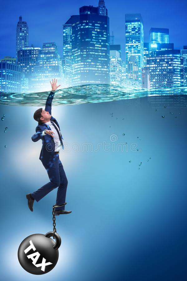 De zakenman die in concept hoge belastingen verdrinken stock fotografie