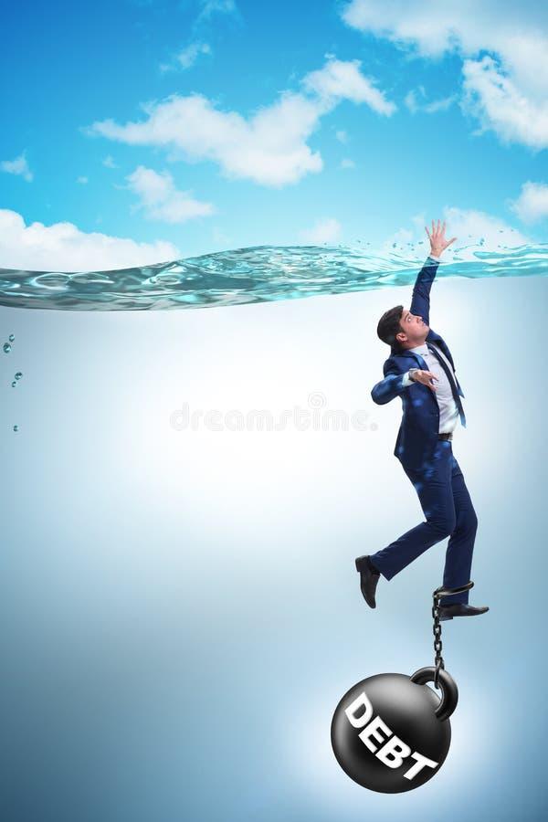 De zakenman die in concept hoge schuld verdrinken stock fotografie