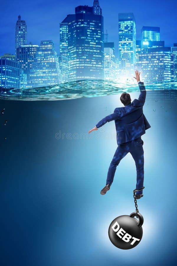 De zakenman die in concept hoge schuld verdrinken stock foto's