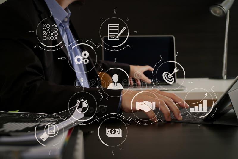 de zakenman die digitale tablet en laptop computer met behulp van en documen royalty-vrije stock foto's