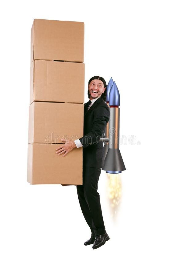 De zakenman die die dozen leveren op witte achtergrond worden geïsoleerd stock afbeelding
