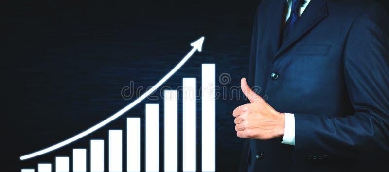 De zakenman die duimen tonen ondertekent omhoog de groeigrafiek Verschillende 3d bal stock fotografie