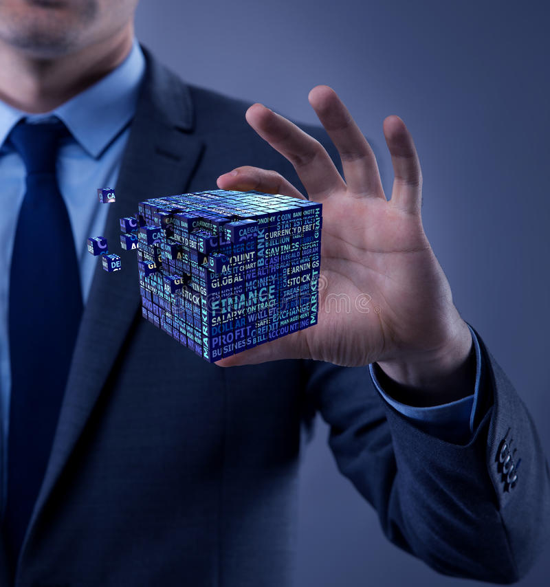 De zakenman die financiële kubus in bedrijfsconcept houden royalty-vrije stock fotografie
