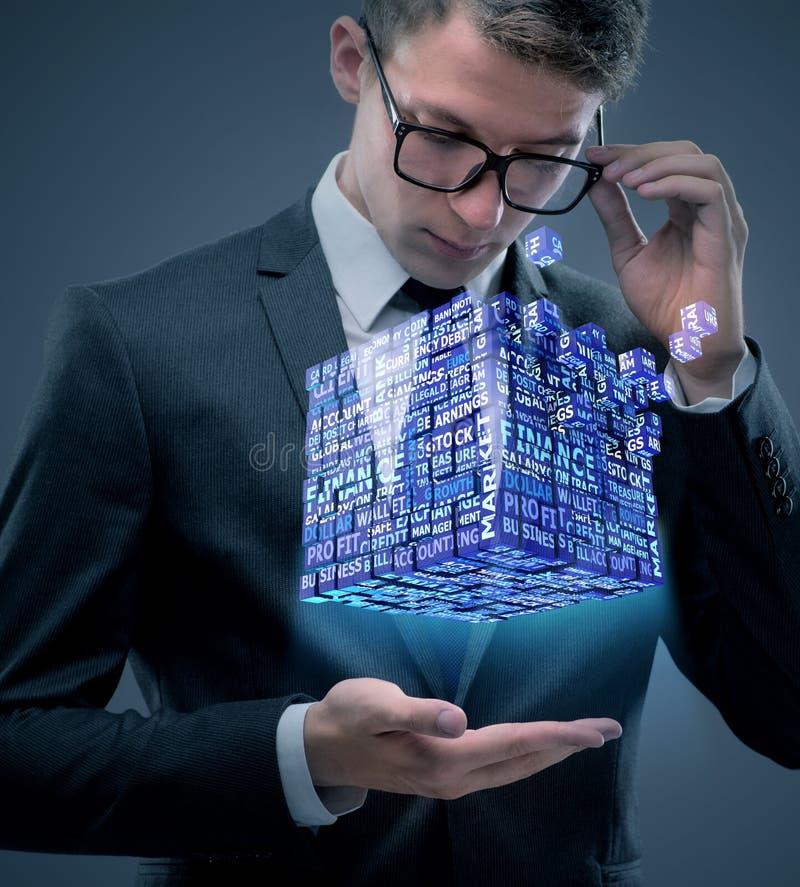 De zakenman die financiële kubus in bedrijfsconcept houden royalty-vrije stock afbeelding