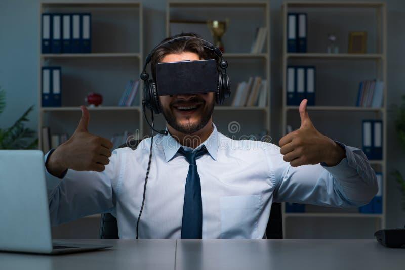 De zakenman die gamer laat om spelen te spelen blijven royalty-vrije stock foto's