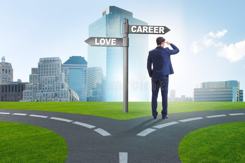 De zakenman die harde keus tussen liefde en carri?re hebben royalty-vrije stock afbeelding
