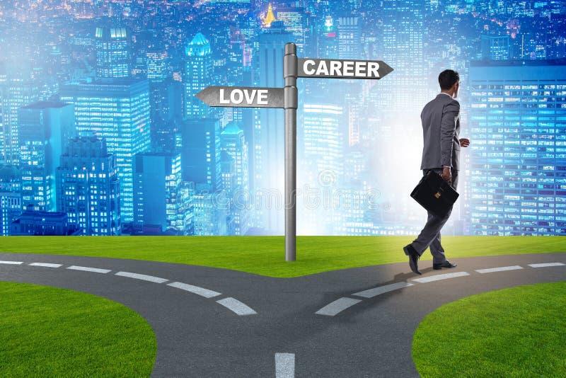 De zakenman die harde keus tussen liefde en carri?re hebben royalty-vrije stock afbeeldingen