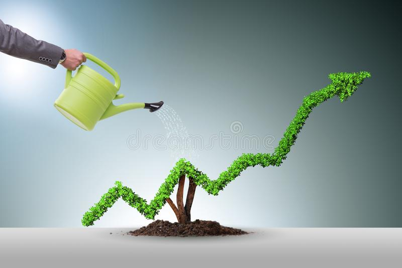 De zakenman die in investeringsconcept financiële lijngrafiek water geven stock foto's