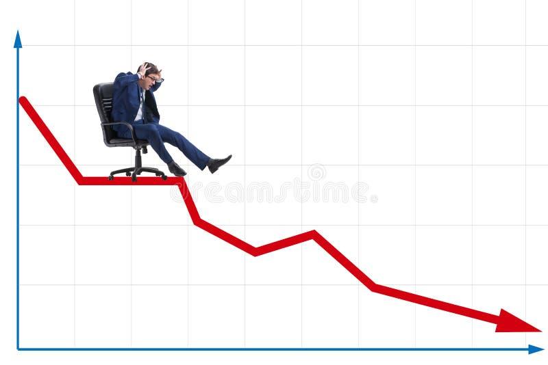 De zakenman die neer op stoel in economisch crisisconcept glijden royalty-vrije stock fotografie