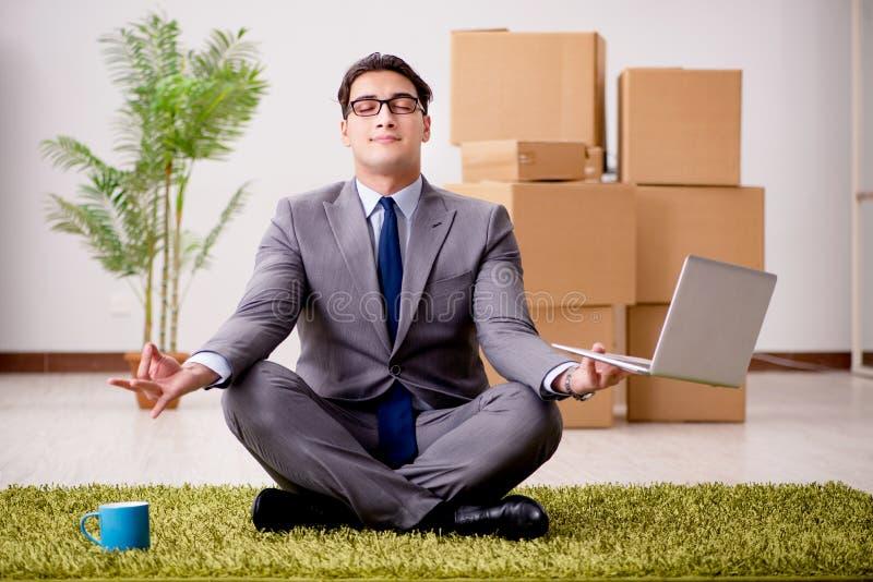 De zakenman die op de bureauvloer mediteren stock foto's