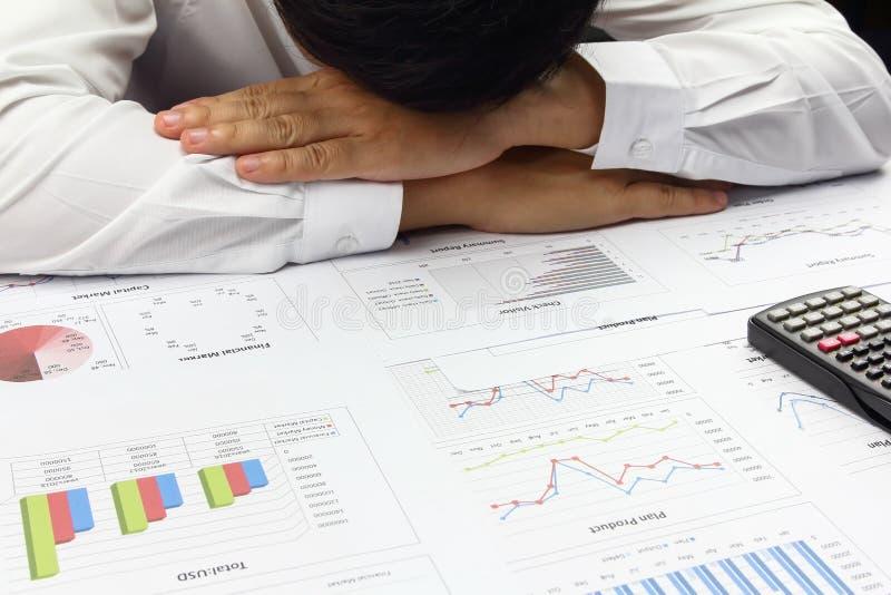De zakenman die planfinanciën doen met berekent over kosten stock afbeelding