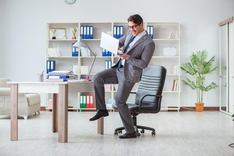 De zakenman die pret hebben die een onderbreking in het bureau nemen op het werk royalty-vrije stock foto's