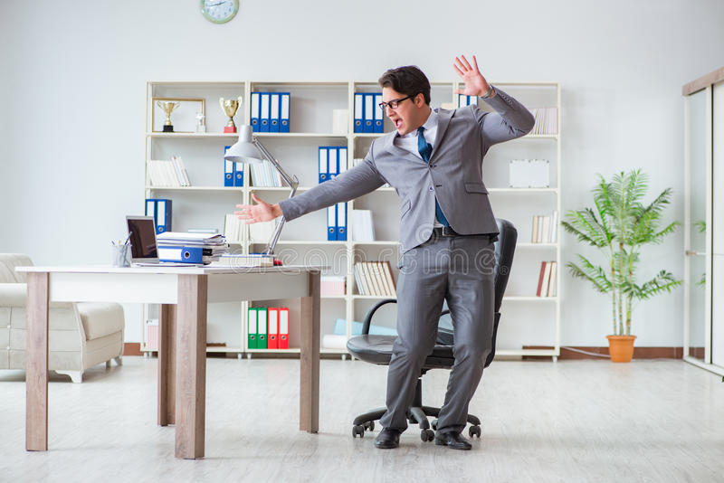 De zakenman die pret hebben die een onderbreking in het bureau nemen op het werk royalty-vrije stock foto