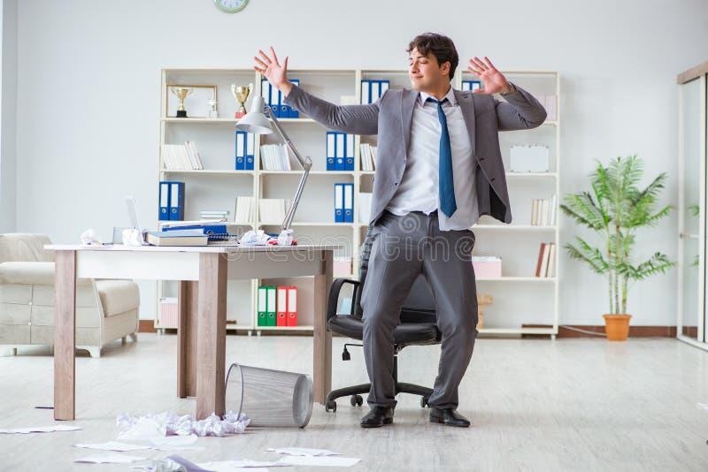 De zakenman die pret hebben die een onderbreking in het bureau nemen op het werk stock afbeelding