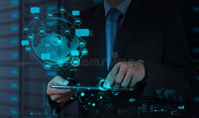 De zakenman die tabletcomputer met behulp van toont Internet en sociale netw stock foto