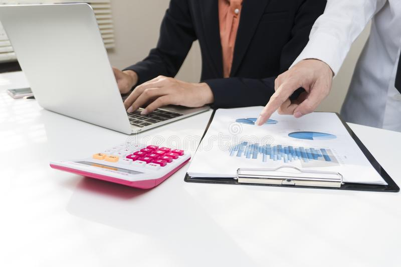 De zakenman die thuis bureauachtergrond, Bureaumusici, controlelijst planning werken onderzoekt enthousiast concept stock afbeelding