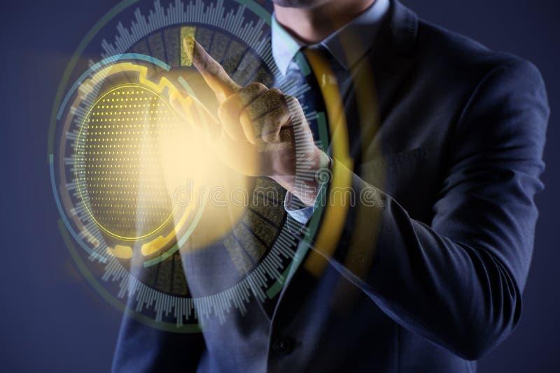 De zakenman die virtuele knoop in futuristisch concept drukken stock illustratie