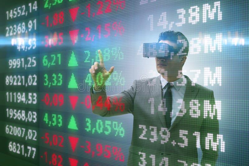 De zakenman die in virtuele werkelijkheid op effectenbeurs handel drijven stock afbeeldingen