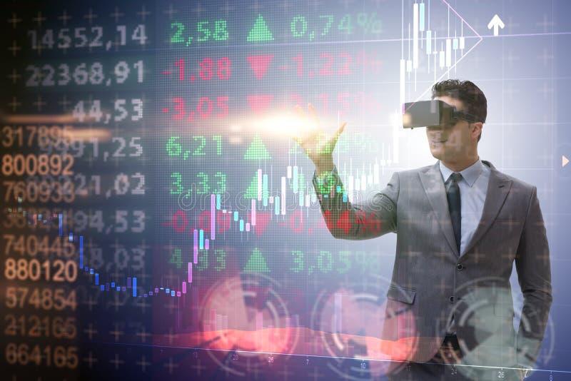 De zakenman die in virtuele werkelijkheid op effectenbeurs handel drijven royalty-vrije stock foto