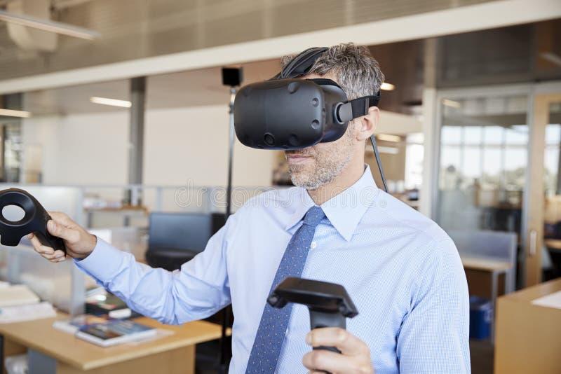 De zakenman die VR-technologie in een bureau gebruiken, sluit omhoog royalty-vrije stock afbeeldingen