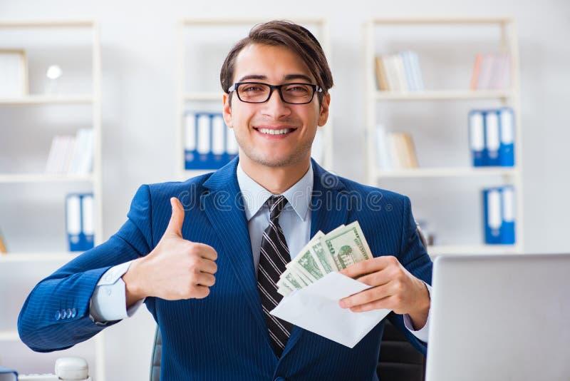 De zakenman die zijn salaris en bonus ontvangen royalty-vrije stock afbeelding