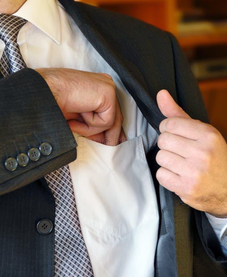 De zakenman dient binnenzak in royalty-vrije stock afbeelding