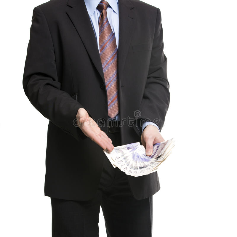 De zakenman in donker kostuum toont een Verspreiding van 20 Britse Ponden van Ste royalty-vrije stock foto