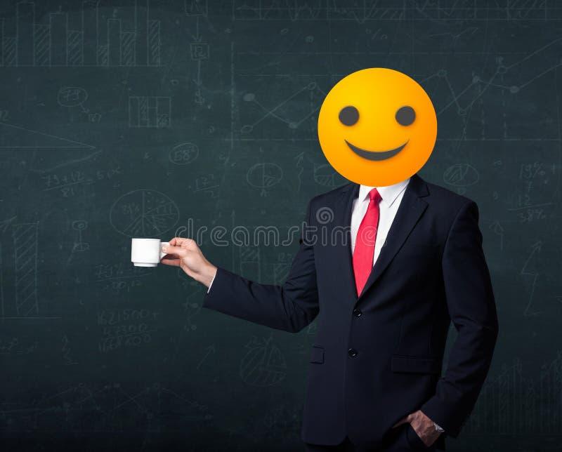 Download De Zakenman Draagt Geel Smileygezicht Stock Afbeelding - Afbeelding bestaande uit mannetje, pictogram: 54088385