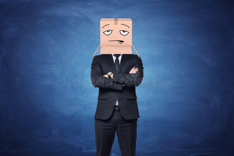 De zakenman draagt kartondoos op zijn hoofd met geschilderd teleurgesteld gezicht stock afbeelding