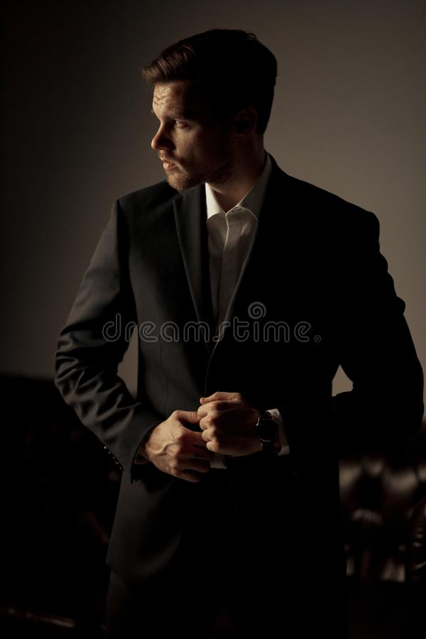 De zakenman in een kostuum en een overhemd bevindt zich en denkt op t na royalty-vrije stock fotografie