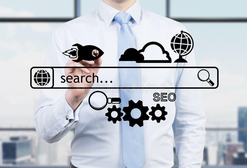 De zakenman in een panoramisch bureau trekt de Internet-onderzoeksbar en de verschillende pictogrammen stock afbeeldingen