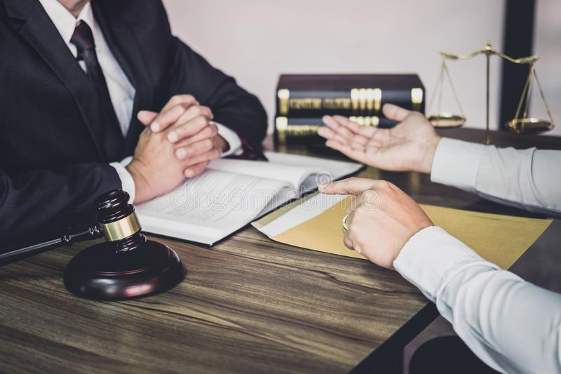 De zakenman en de Mannelijke advocaat of de rechter raadplegen het hebben van teamvergadering cliënt, Wet en de Juridische dienst royalty-vrije stock foto