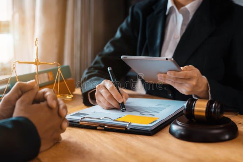 De zakenman en de Mannelijke advocaat of de rechter raadplegen het hebben van teamvergadering royalty-vrije stock afbeelding