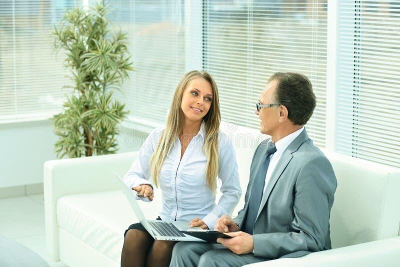 de zakenman en zijn Secretaresse bespreken het plan royalty-vrije stock fotografie