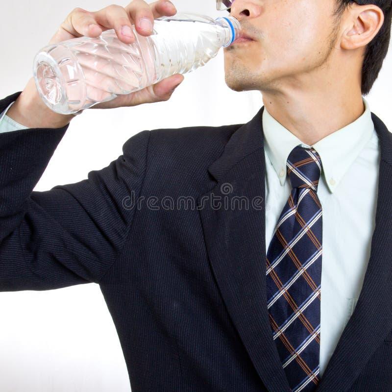 De zakenman geeft u water voor drank royalty-vrije stock fotografie