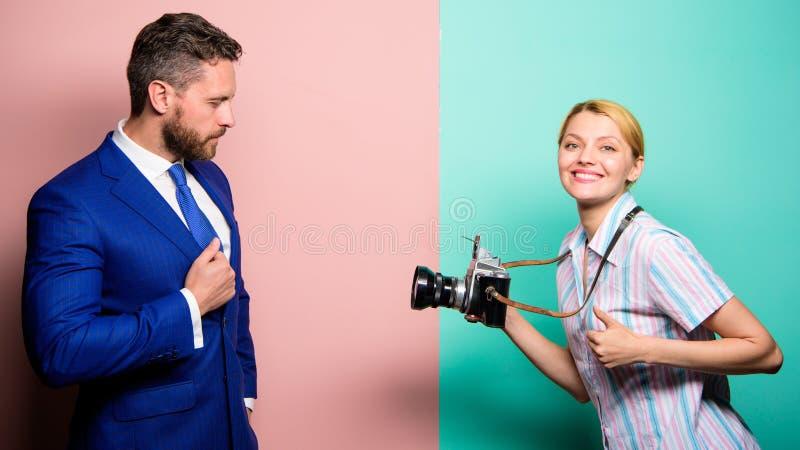 De zakenman geniet ster van ogenblik Fotograaf die foto succesvolle zakenman nemen Paparazziconcept Photosession voor stock afbeelding