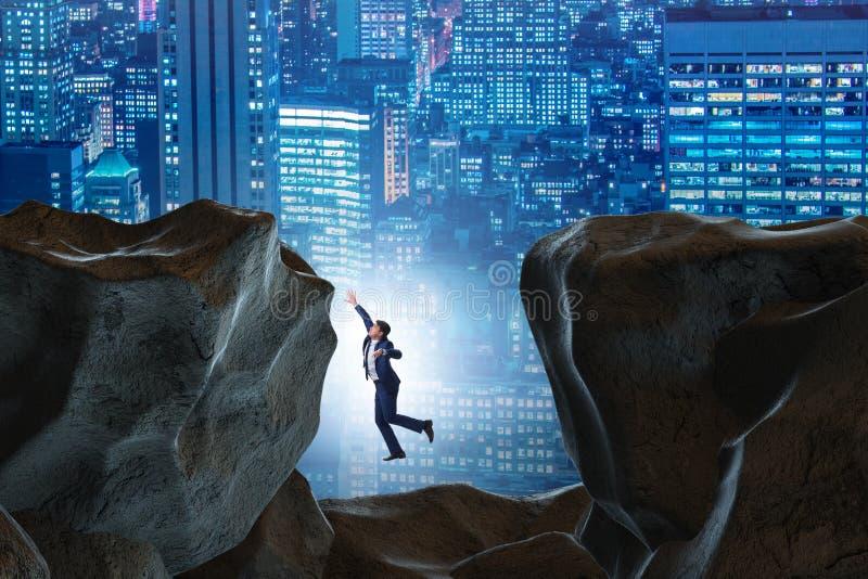 De zakenman gevallen aan het hiaat in bergen stock illustratie