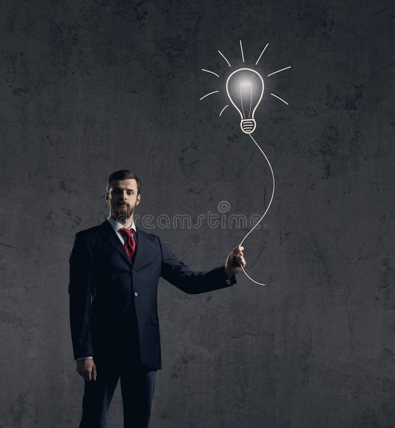 De zakenman heeft een idee Donkere en dramatische achtergrond Zaken, royalty-vrije stock foto