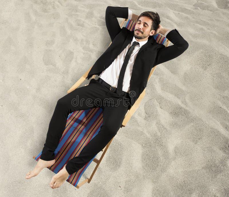 De zakenman heeft een vakantie nodig stock foto