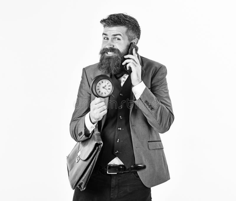 De zakenman heeft goed nieuws De gebaarde mens glimlacht en spreekt telefonisch Rijpe mens met lange baard en vrolijk gezicht pos royalty-vrije stock afbeelding